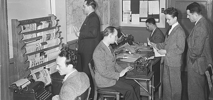 Journalists in the Radio-Canada/CBC newsroom in Montreal, Canada. By Conrad Poirier [Public domain oder Public domain], via Wikimedia Commons