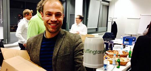 Sebastian Matthes, Chefredakteur der Huffingtonpost Deutschland, mit dem Huffingtonprost-Bierkrug