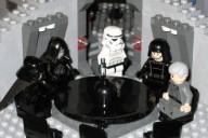 """Lego Star Wars - Set 10188 Death Star (6884959175)"" von InSapphoWeTrust from Los Angeles, California, USA - Lego Star Wars - Set 10188 Death StarUploaded by russavia. Lizenziert unter CC BY-SA 2.0 über Wikimedia Commons - http://commons.wikimedia.org/wiki/File:Lego_Star_Wars_-_Set_10188_Death_Star_(6884959175).jpg#mediaviewer/File:Lego_Star_Wars_-_Set_10188_Death_Star_(6884959175).jpg"